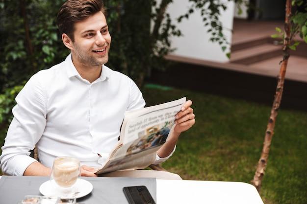 Gai jeune homme d'affaires habillé en chemise