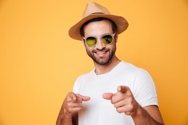 Gai jeune homme debout isolé sur mur orange