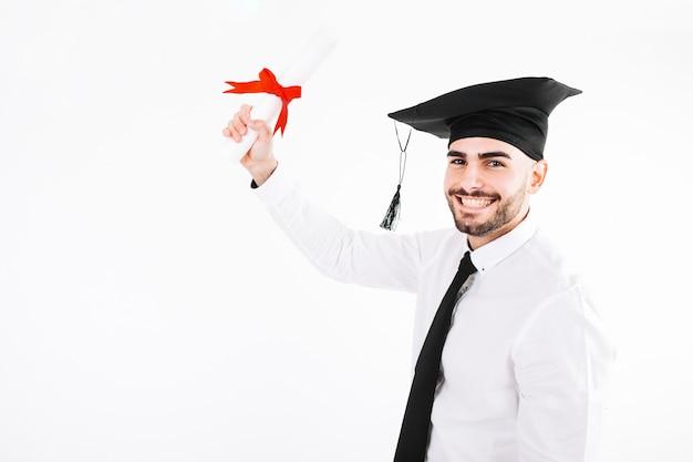 Gai jeune homme diplômé