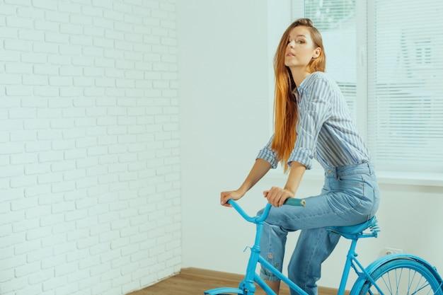 Gaie, jeune femme, debout, bicyclette