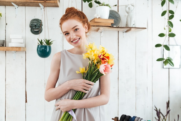 Gaie jeune femme avec joli bouquet
