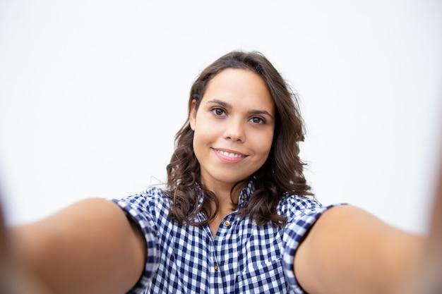 Gaie jeune femme prenant selfie