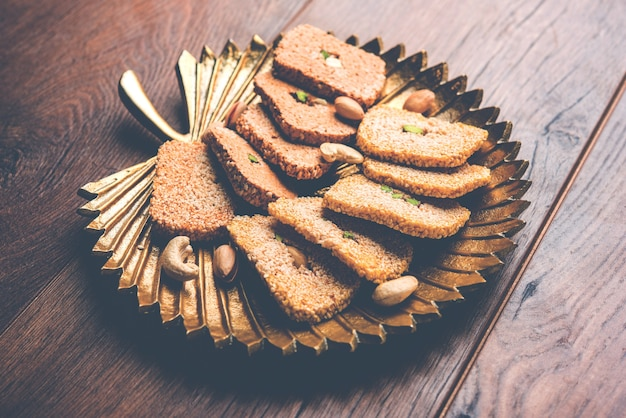 Gajak ou til papdi ou patti est un gâteau sucré sec - fait de graines de sésame, d'arachides et de jaggery, consommé en hiver indien en particulier pendant le festival makar sankranti le 14 janvier