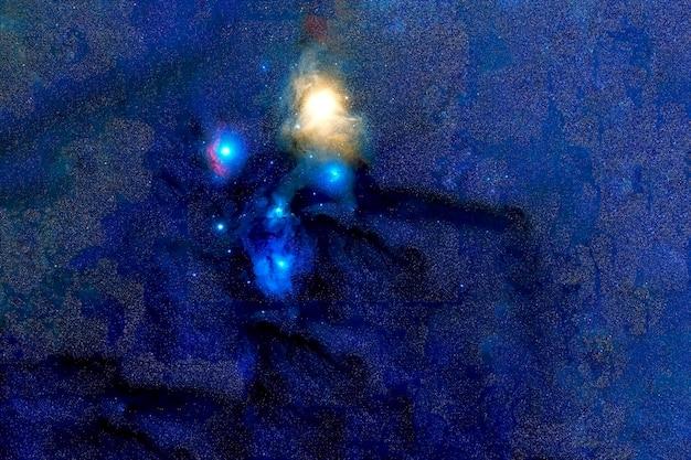 Une galaxie bleue avec des étoiles dans l'espace lointain. les éléments de cette image ont été fournis par la nasa. pour n'importe quel but.