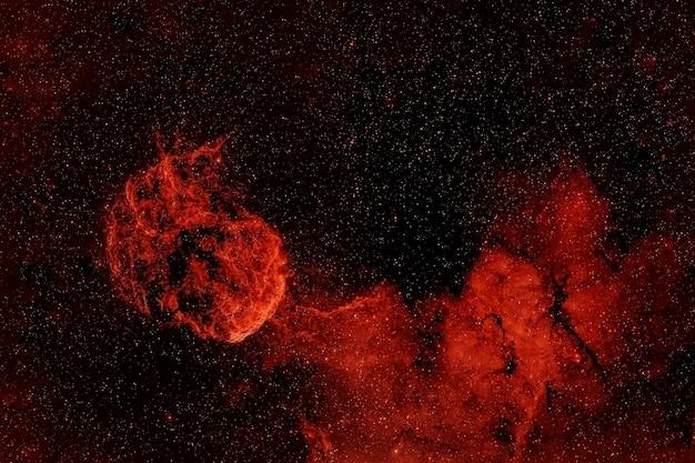 Galaxie rouge avec des étoiles. les éléments de cette image ont été fournis par la nasa. pour n'importe quel but.