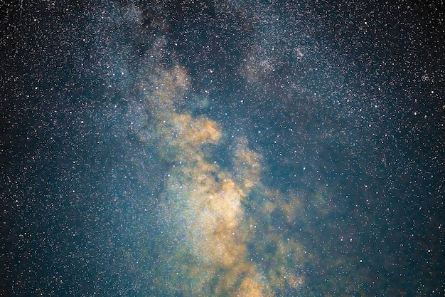 La galaxie de la voie lactée étoiles la poussière spatiale dans l'univers, photographie longue exposition, avec grain.