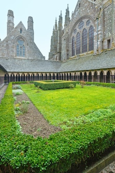 La Galerie Gothique Du Monastère Saint-michel. Cour Du Monastère. Mont Saint Michel, France. Photo Premium