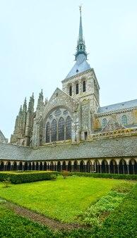 La galerie gothique du monastère saint-michel. cour du monastère
