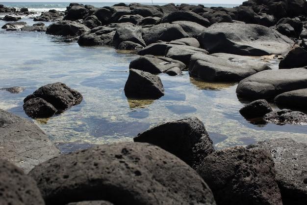 Galets de plage dans l'océan indien