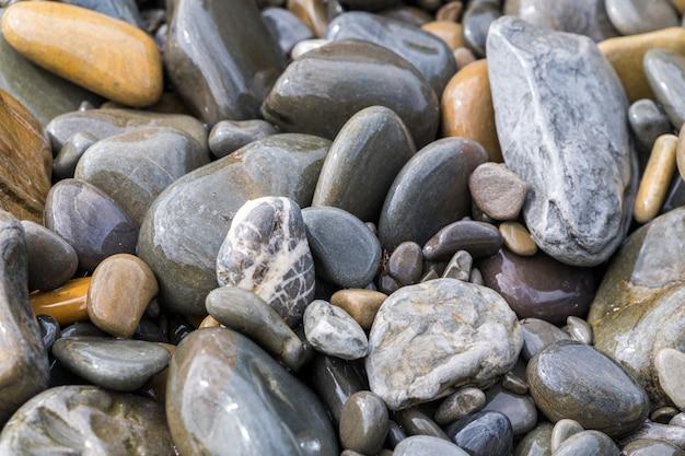 Les galets sur la plage se bouchent.