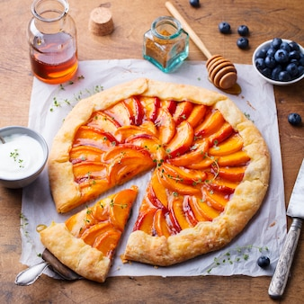 Galette aux pêches, tarte, gâteau au miel et petits fruits