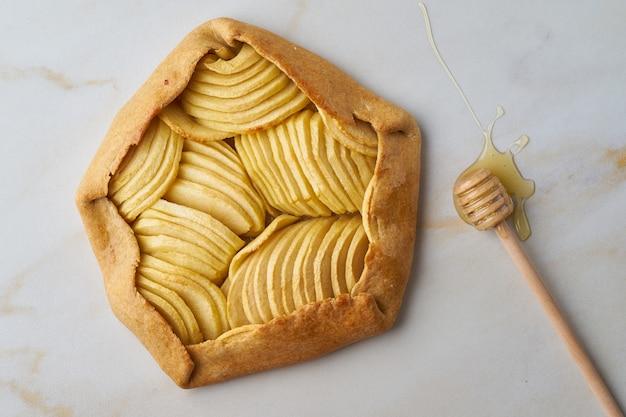 Galette aux pommes, tarte aux fruits et au miel, pâtisseries sur table en marbre, vue de dessus