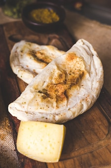 Galette de fromage sur une planche à découper en bois