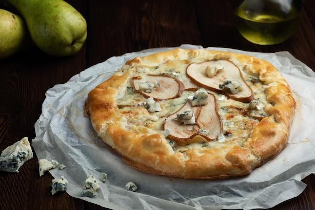 Galette de pâte sablée maison avec fromage bleu et poires. prêt à manger. cuisiner à la maison
