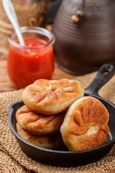 Galettes frites avec de la viande et des oignons (béliash) traditionnelles russes (tatar, bachkir)