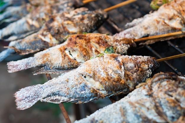 Galettes de poisson grillées, sel sur le marché alimentaire