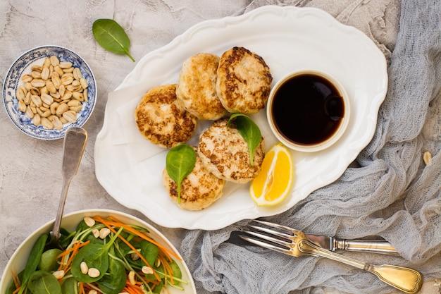 Galettes de poulet sur un plat blanc