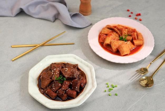 Galettes de riz coréen à la sauce de soja noir jjajang tteokbokki ou jjajangmyeon topokki avec topkki à la sauce rouge