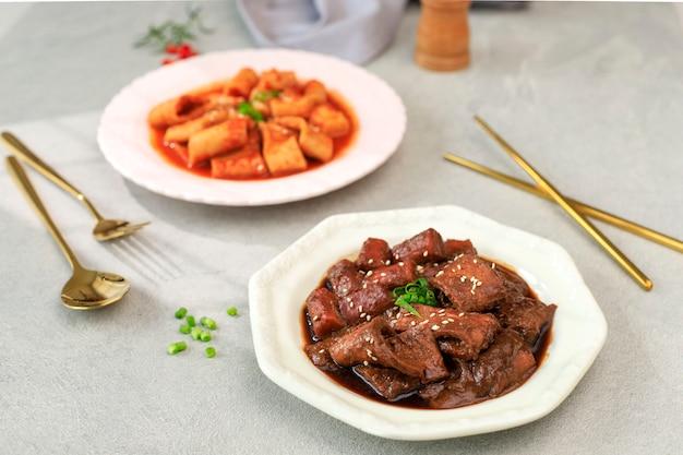 Galettes de riz coréen à la sauce soja noire. jjajang tteokbokki ou jjajangmyeon topokki