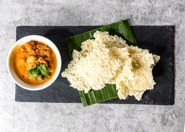 Galettes de riz croustillantes servies avec trempette au porc et plats thaïlandais kao tung na tang