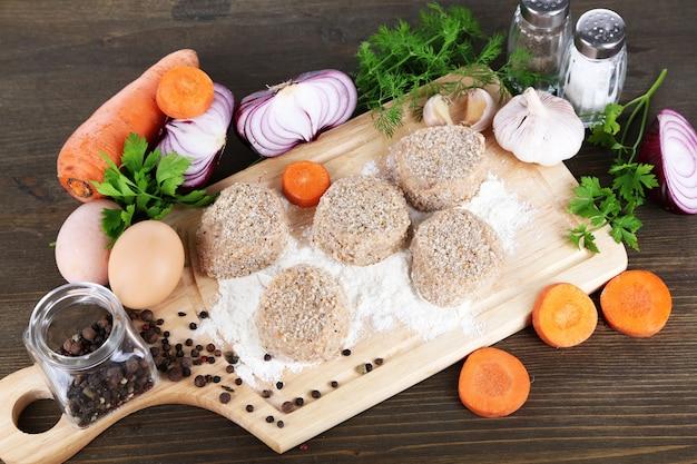 Galettes de viande à bord sur table en bois