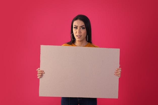 Gama, distrito federal, 16 octobre 2021, une jeune femme tient des panneaux publicitaires avec des expressions faciales.