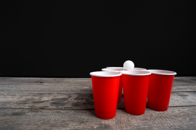 Game beer pong sur table en bois