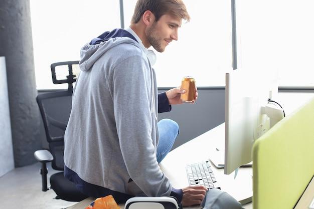 Gamer buvant une boisson énergisante, concept de style de vie de jeu.