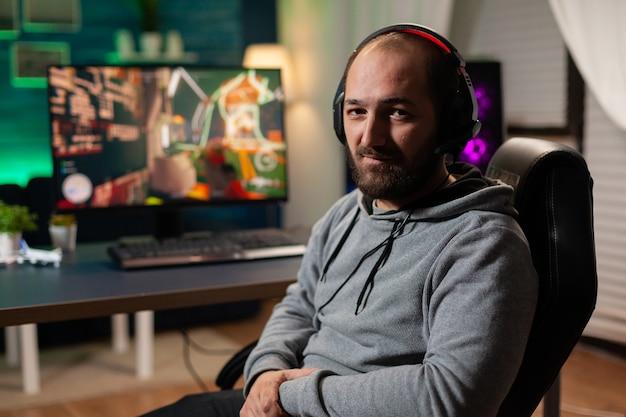 Gamer femme gagnant des jeux vidéo avec un casque vr sur un ordinateur puissant avec un joystick professionnel. cyber-streaming virtuel en ligne se produisant lors d'un tournoi de jeu à l'aide d'équipements modernes.