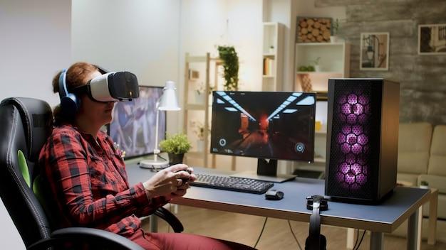 Gamer girl perdant un tournoi de jeux vidéo en jouant avec un casque vr tard dans la nuit dans sa chambre