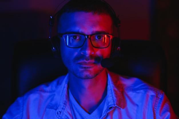Gamer jouant à un jeu de tir à la première personne sur un ordinateur haut de gamme.