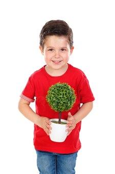 Gamin heureux avec une belle plante pour sa mère