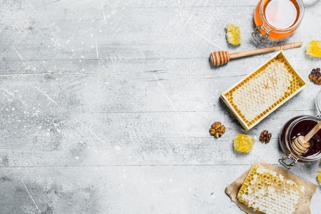La gamme des types de miel naturel. sur une surface rustique.