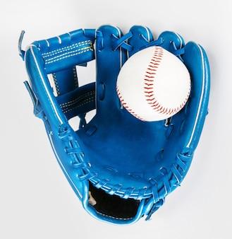 Gant de baseball couleur bleu isolé sur blanc avec un tracé de détourage un bien usé