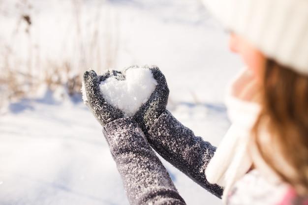 Gant de dame et coeur de neige