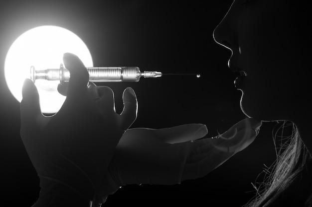 Le gant injecte une belle seringue à la femme