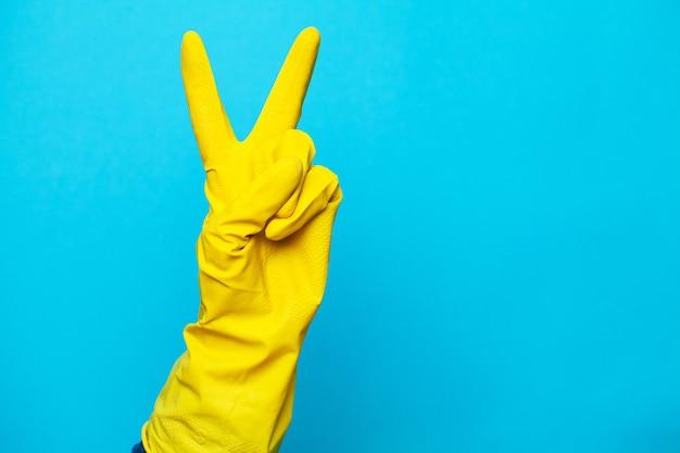 Gant jaune pour le nettoyage du bras de la femme.