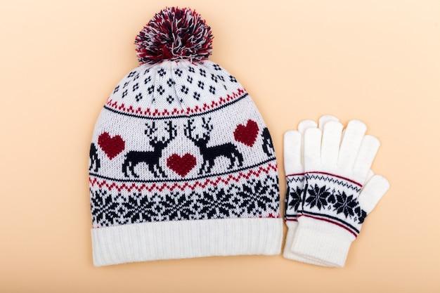 Gants et bonnet en laine. hiver sur orange