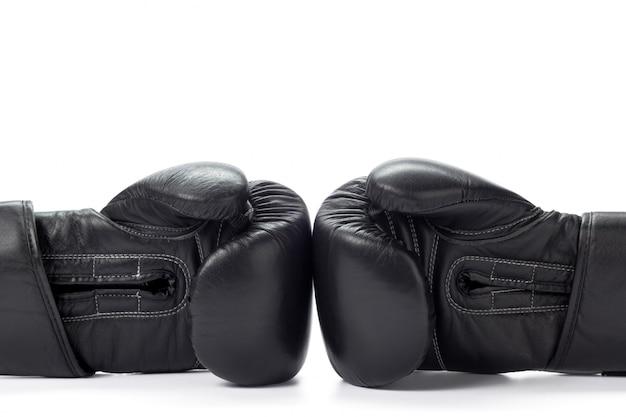 Gants de boxe bouchent sur blanc