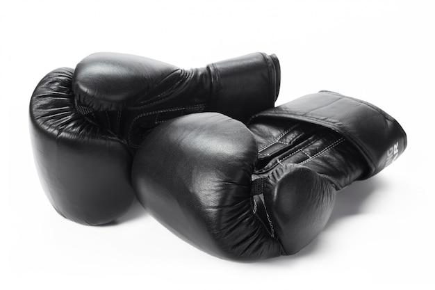Gants de boxe bouchent isolé sur blanc