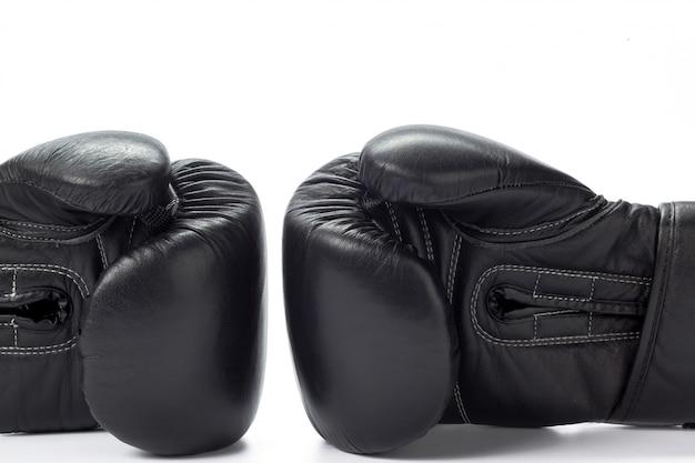 Gants de boxe bouchent sur une surface blanche