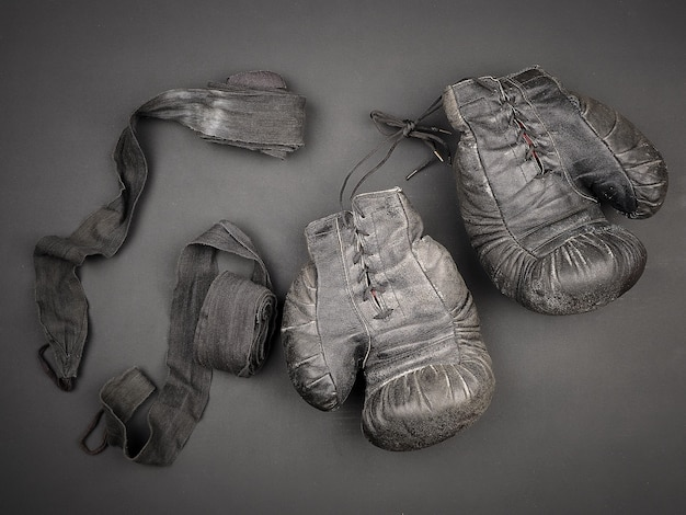 Gants de boxe en cuir noir vintage avec lacets et bandages élastiques noirs
