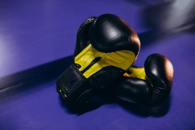 Gants de boxe se trouvant sur l'anneau vide