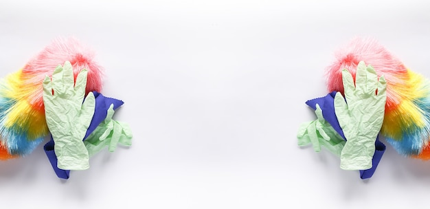 Gants en caoutchouc, chiffon en microfibre et chiffon sur fond clair. longue bannière symétrique