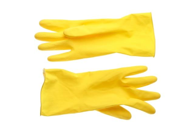 Gants en caoutchouc jaune pour le nettoyage isolé sur fond blanc.