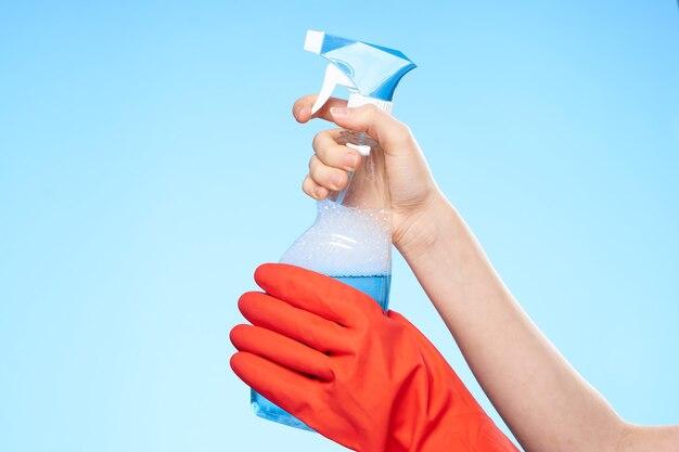 Gants en caoutchouc à la main avec des travaux de nettoyage détergents