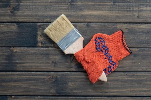 Gants de construction orange dans lesquels le pinceau est serré