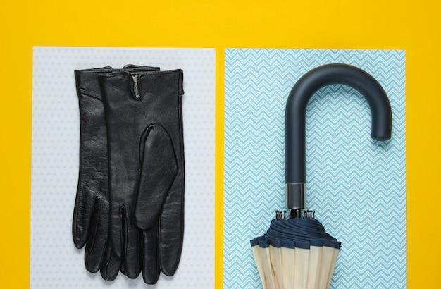 Gants en cuir, crochet parapluie sur une surface jaune créative