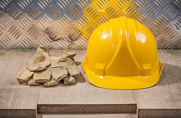 Gants en cuir de sécurité bâtiment casque planche de bois concept de construction en tôle ondulée