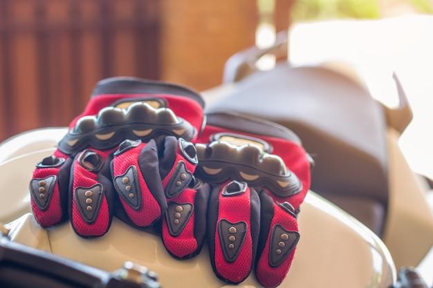 Gants de moto et casque sur un siège de moto sport pour la sécurité